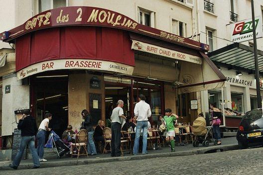 """Das """"Café des 2 Moulins"""" in Montmartre, wo auch der """"Amélie""""-Film gedreht wurde. (© Steven Strehl / Wikipedia)"""