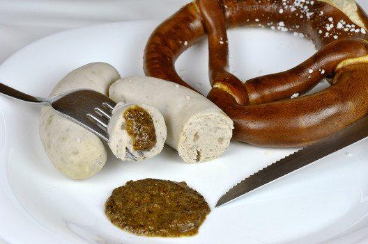 Weisswurst & Brez'n darf man in Bayern nur vor 12 essen. (© Clearlens Images / pixelio.de)