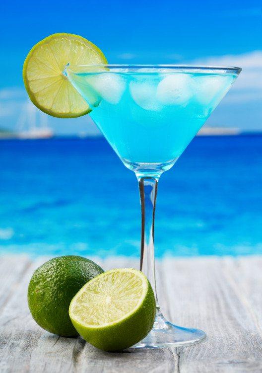 Der blaue Curacao-Likör und sein Rohstoff. (© Nitr / fotolia)