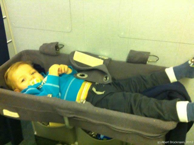 Trotz Bett wenig Platz im Flugzeug - (c) Albert Brückmann, 2012