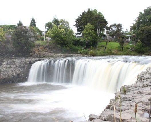 Wasserfall auf dem Weg nach Paihia