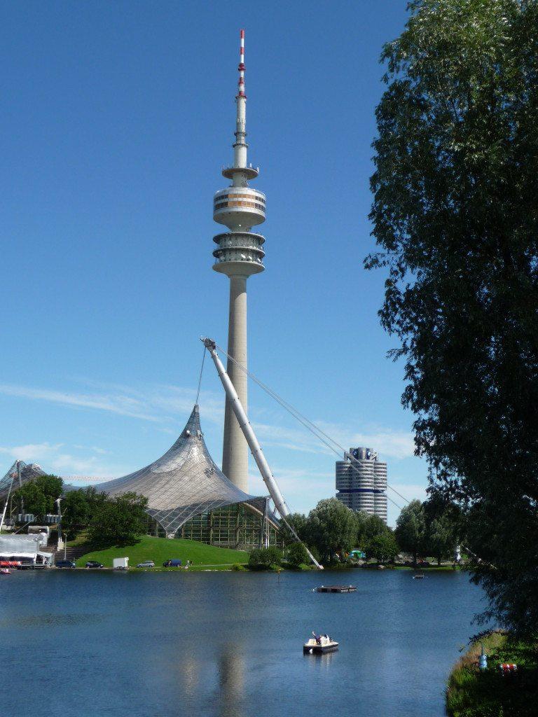 Der Münchner Olympiaturm. Im Hintergrund die BMW-Zentrale. (© Wolfgang Sussitz / pixelio.de)