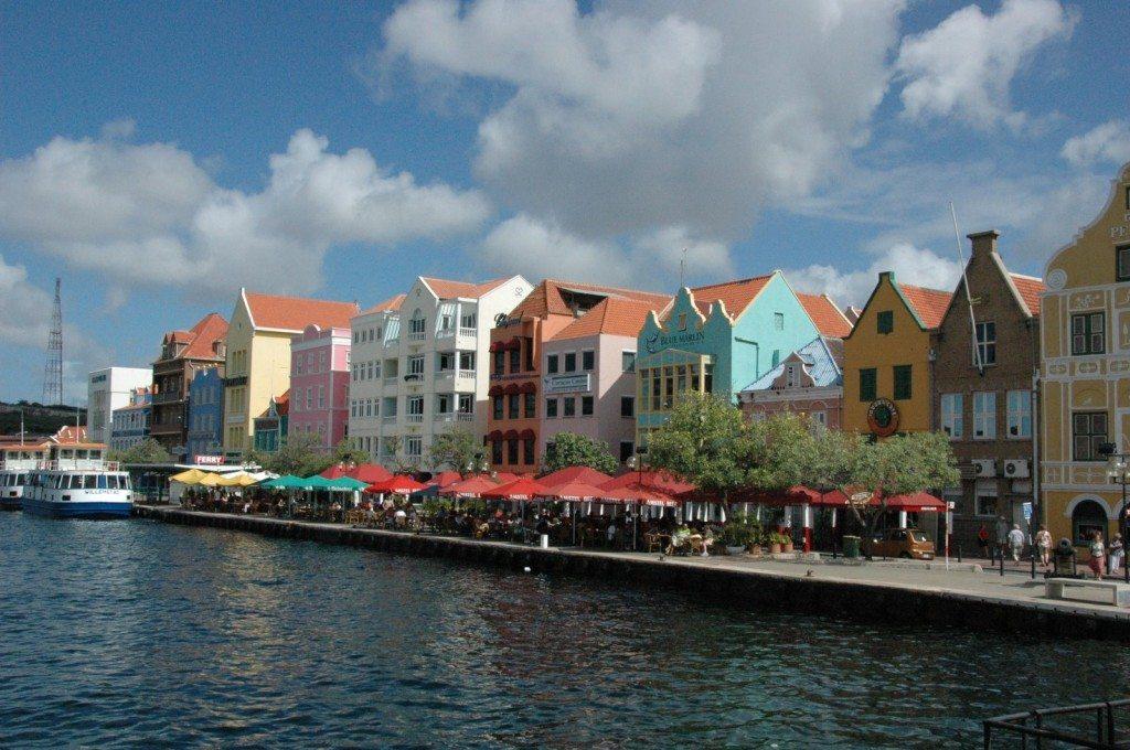 Häuserzeile im Hafen von Willemstad (© Joost / pixelio.de)