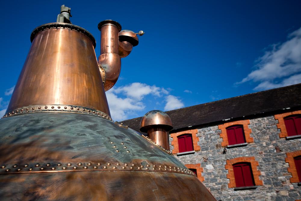 Whiskybrennerei in Irland (Bild: Arvydas Kniuksta - shutterstock.com)