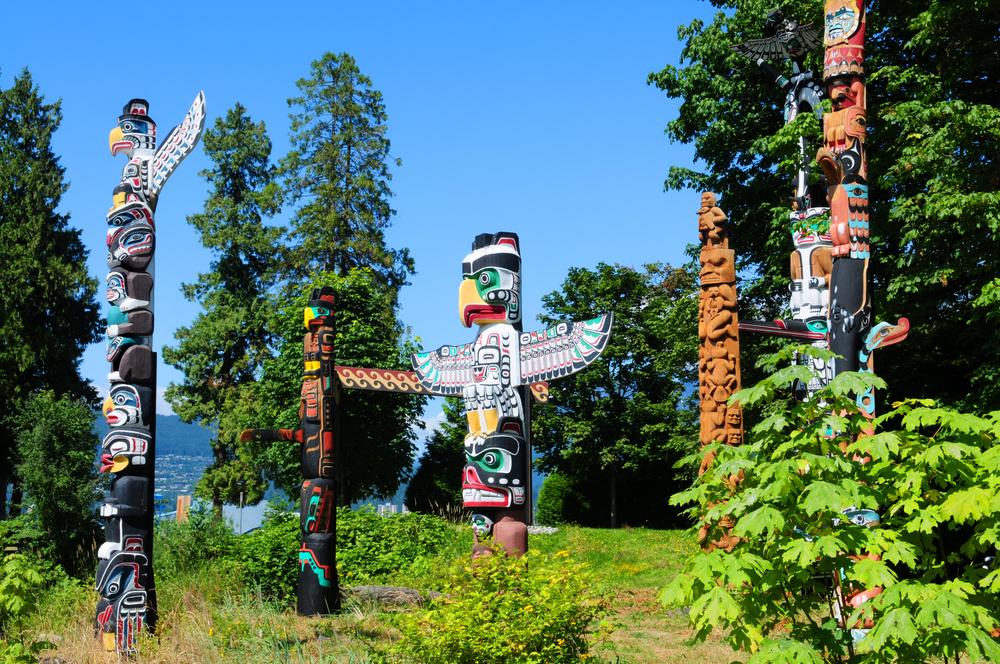 Totems im Stanley Park (Bild: Regien Paassen - shutterstock.com)