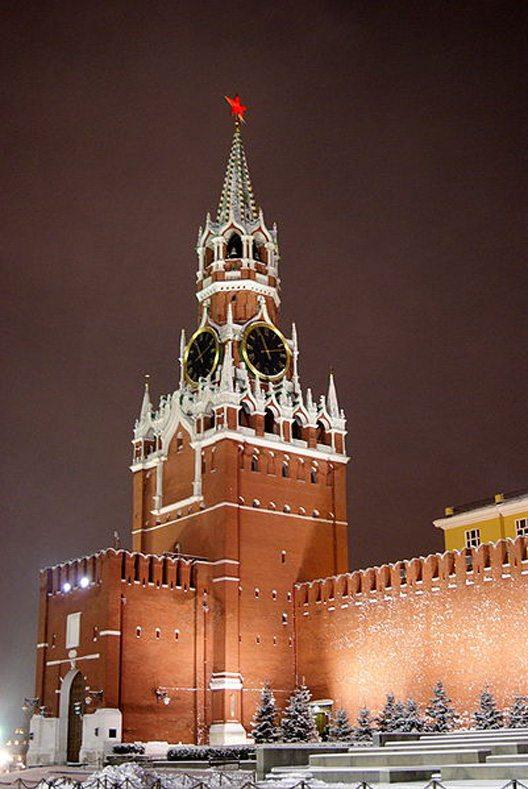 Der Erlöserturm bei Nacht (© Sergey Rodovnichenko / Wikimedia / CC)