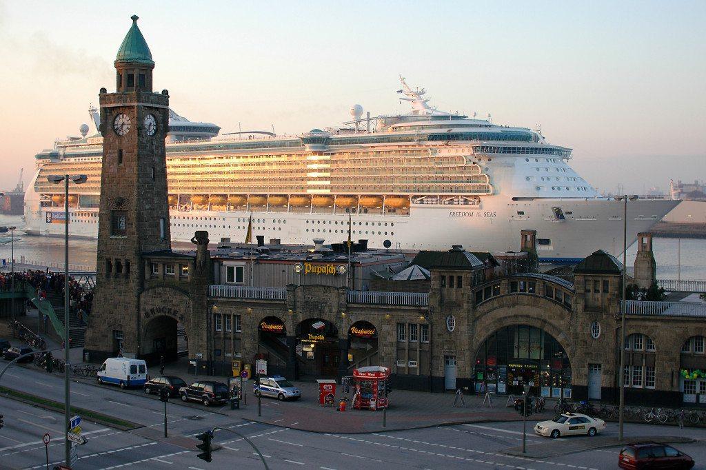 Die Landungsbrücken am Hamburger Hafen. (© Thorsten Bolten / Wikimedia / CC)