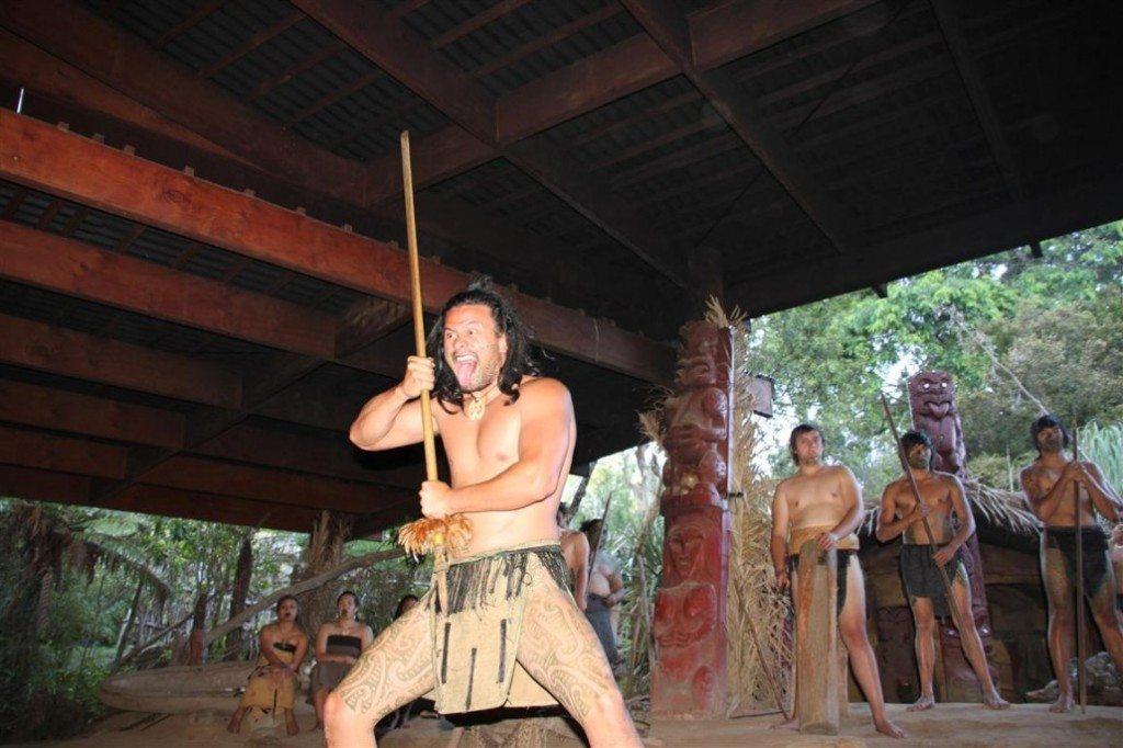 Maori bei der Vorführung eines Tanzes (Bild: Albert Brückmann)