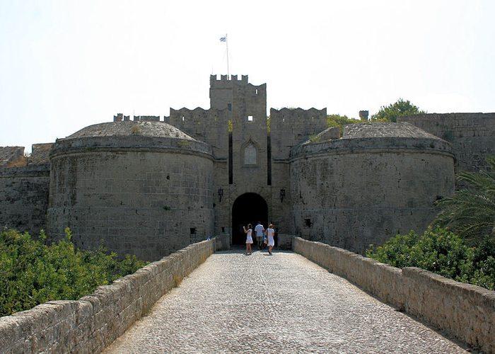 Das Tor in die Altstadt von Rhodos (Bild: Olbertz, Wikimedia, GNU)