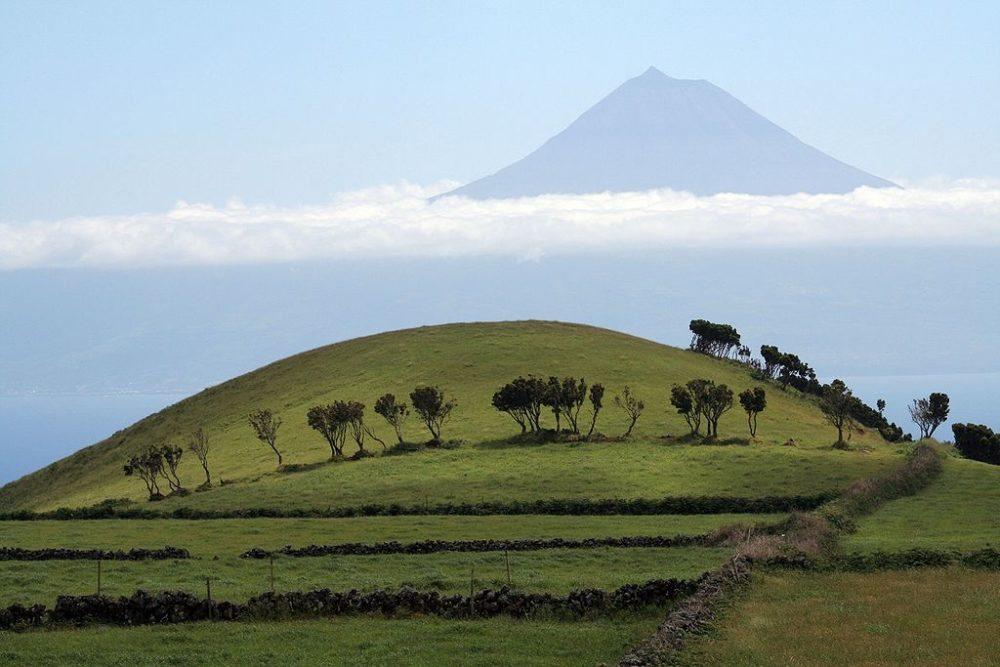 """Pico, von São Jorge gesehen, Azoren. (Urheber: Björn Ehrlich / Wiki / Lizenz: <a href=""""http://de.wikipedia.org/wiki/GNU-Lizenz_f%C3%BCr_freie_Dokumentation?uselang=de"""" target=""""_blank"""">GFDL</a>)"""