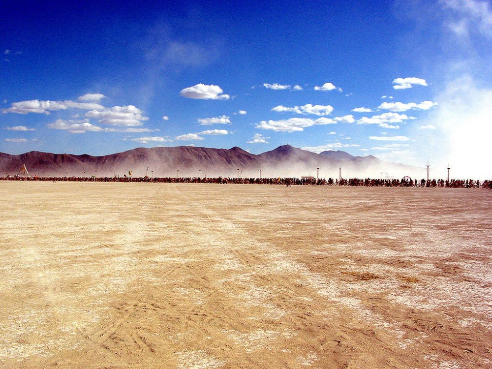 "Tausende Fahrräder am Burning Man Festival, 2004. (Urheber: Stewart Butterfield / <a href=""http://flickr.com"" target=""_blank"">flickr.com</a> / Lizenz: <a href=""https://creativecommons.org/licenses/by/2.0/deed.en"" target=""_blank"">CC</a>"