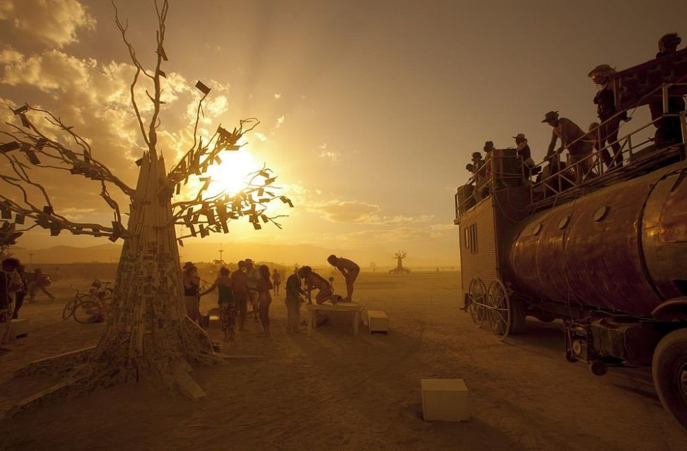 """Burning Man Festival 2012. (Urheber: christopher / Wiki / Lizenz: <a href=""""http://creativecommons.org/licenses/by/2.0/deed.en"""" target=""""_blank"""">CC</a>)"""