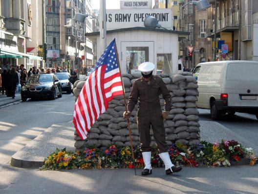 Checkpoint Charlie (Bild: © Carsten Medom Madsen - shutterstock.com)