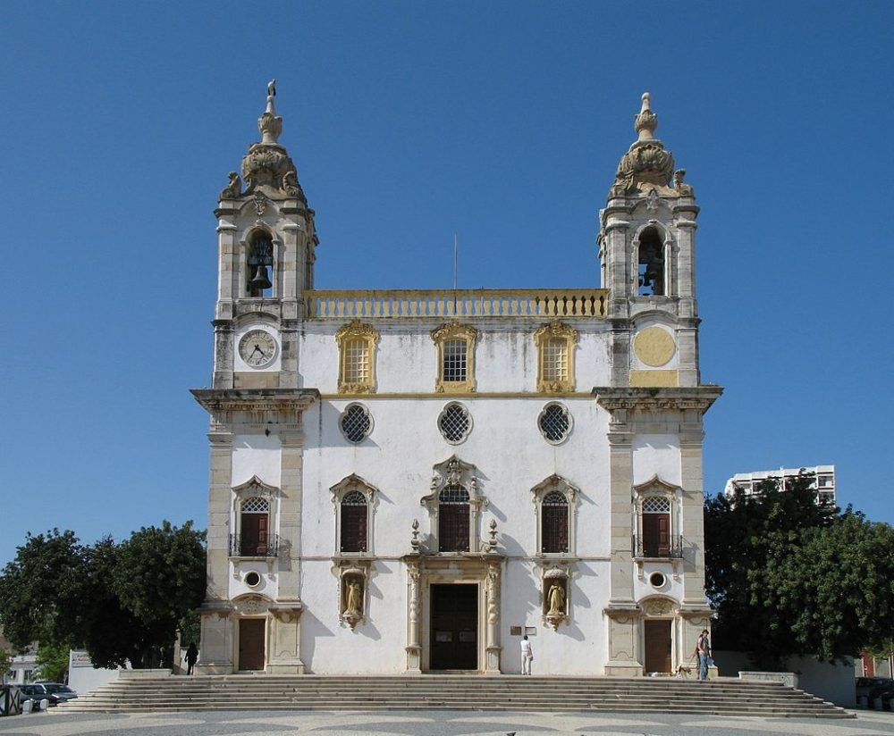 "Karlmeliterkirche in Faro. (Urheber: Marc Ryckaert / Wiki / Lizenz: <a href=""https://creativecommons.org/licenses/by/3.0/deed.en"" target=""_blank"">CC</a>)"