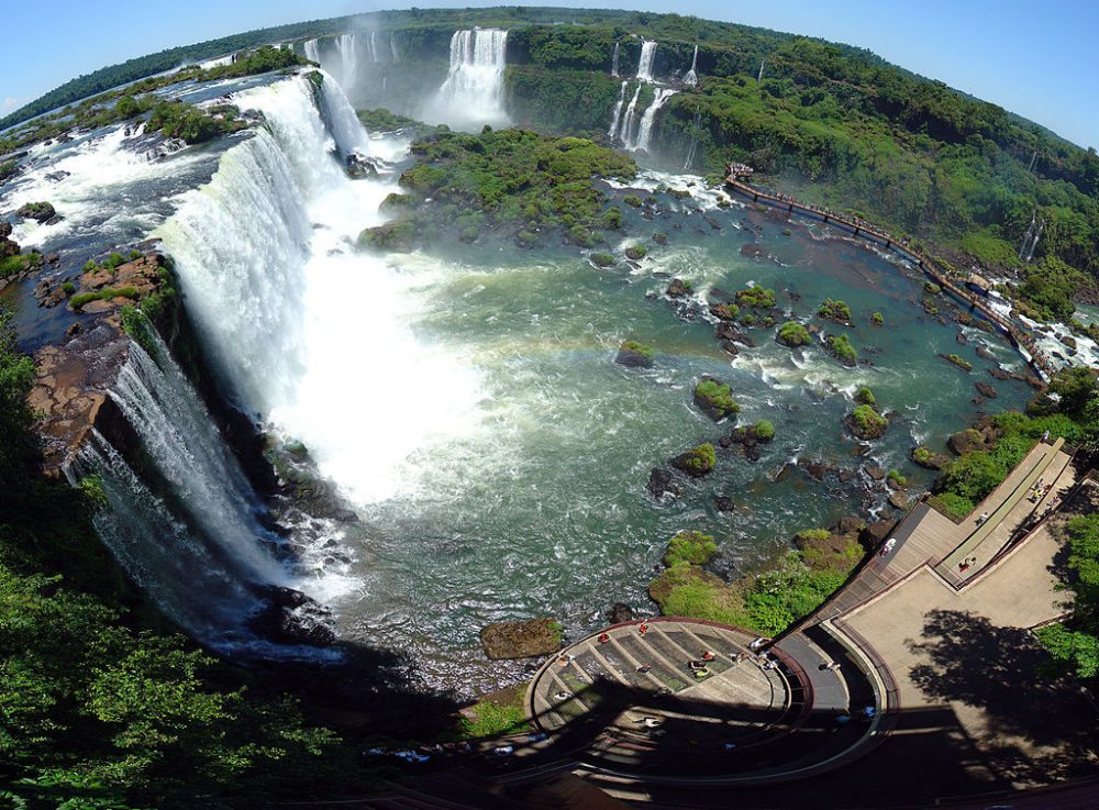 """Panorama der Iguazú-Fälle. (Urheber: Martin St-Amant / Wiki / Lizenz: <a href=""""https://creativecommons.org/licenses/by/3.0/deed.en"""" target=""""_blank"""">CC</a>)"""