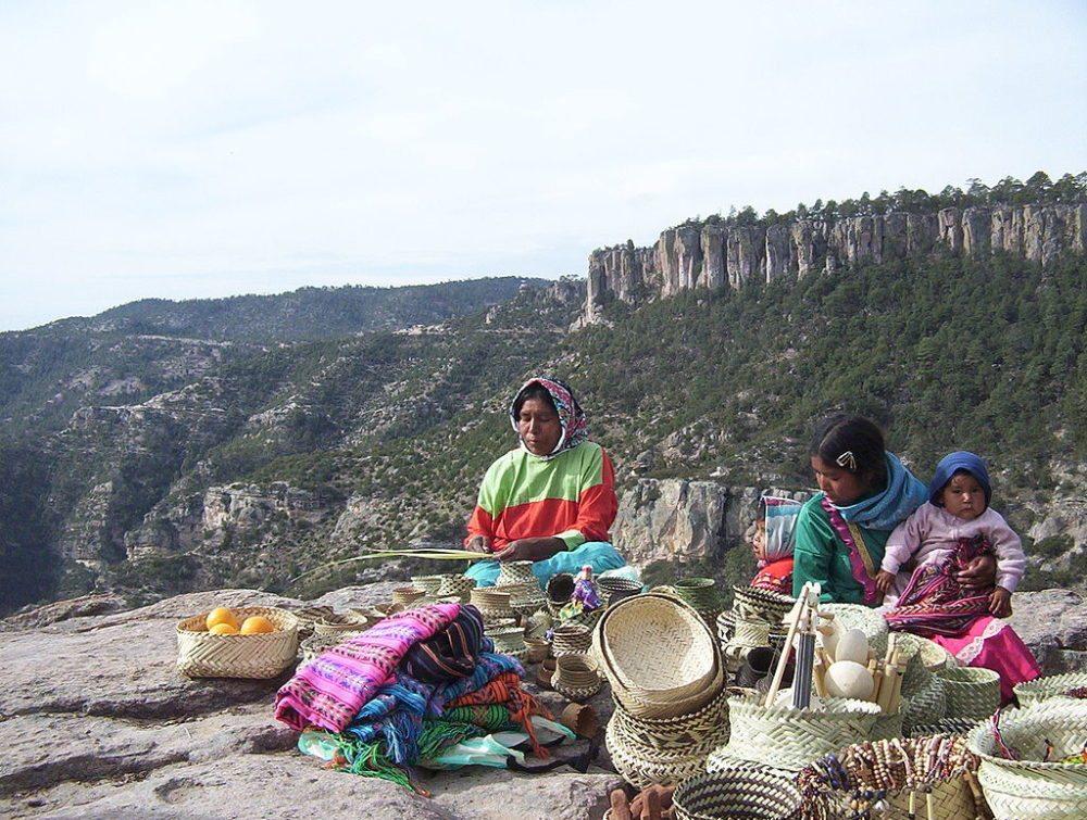 """Tarahumara Frauen mit Kind verkaufen Körbe, Teppiche, Perlen und Orangen. (Urheber: Lance Fisher / <a href=""""http://www.flickr.com/photos/lancefisher/13727863/"""" target=""""_blank"""">flickr.com</a>)"""