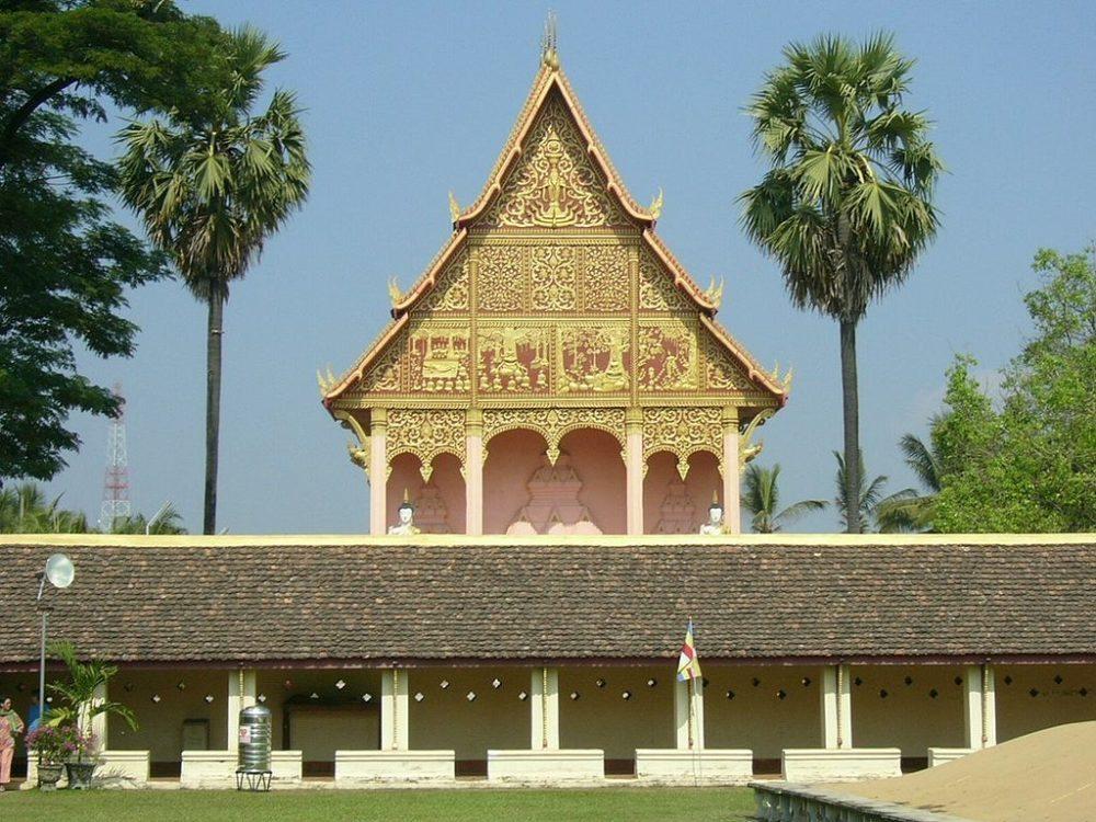 Tempel in Vientiane, aufgenommen aus dem Inneren des That Luang. (Urheber: Mattes / Wiki)