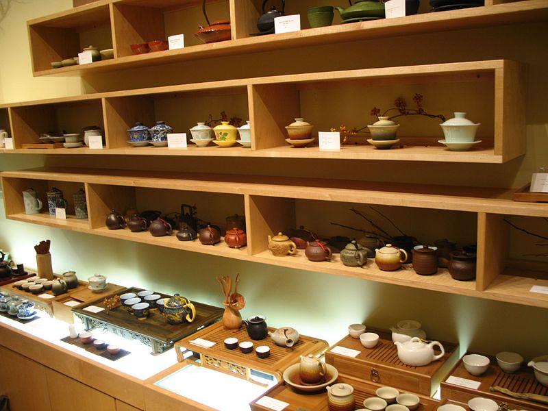 Requisiten der Teezeremonie (Bild: Gary Stevens, Wikimedia, CC)