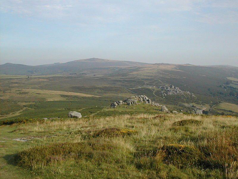"Bell Tor und Bonehill, Dartmoor. (Urheber: kries / Wiki / Lizenz: <a href=""https://creativecommons.org/licenses/by-sa/3.0/deed.en"" target=""_blank"">CC</a>)"