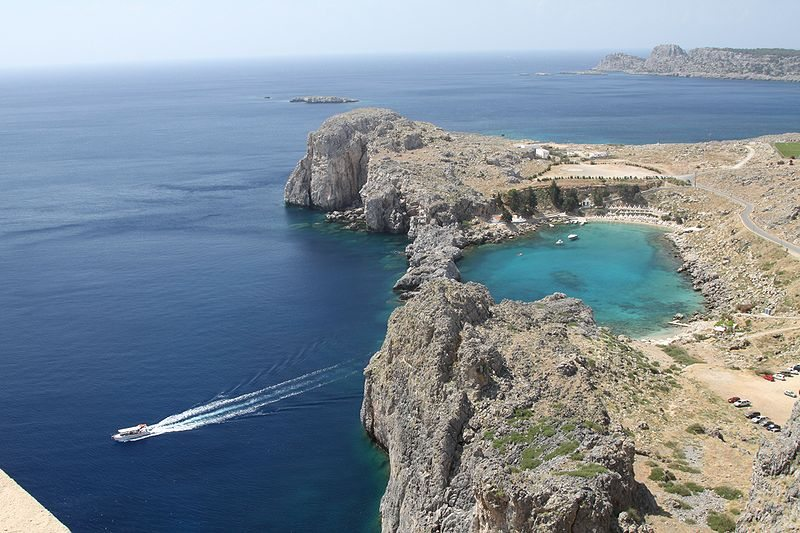 Die Bucht von Lindos (Bild: G. Sawatzky, Wikimedia, CC)