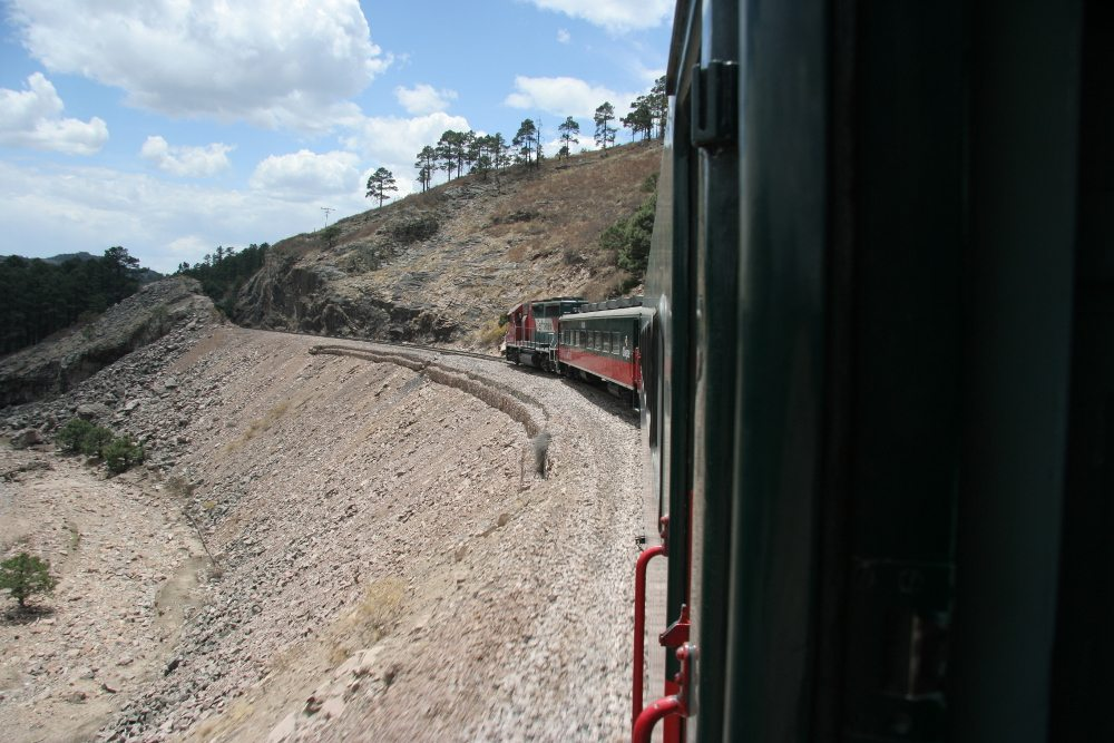 """El Chepe, Ferrocarril Chihuahua al Pacífico. (Quelle: Wiki / Lizenz: <a href=""""http://creativecommons.org/licenses/by-sa/2.5/deed.en"""" target=""""_blank"""">CC</a>)"""