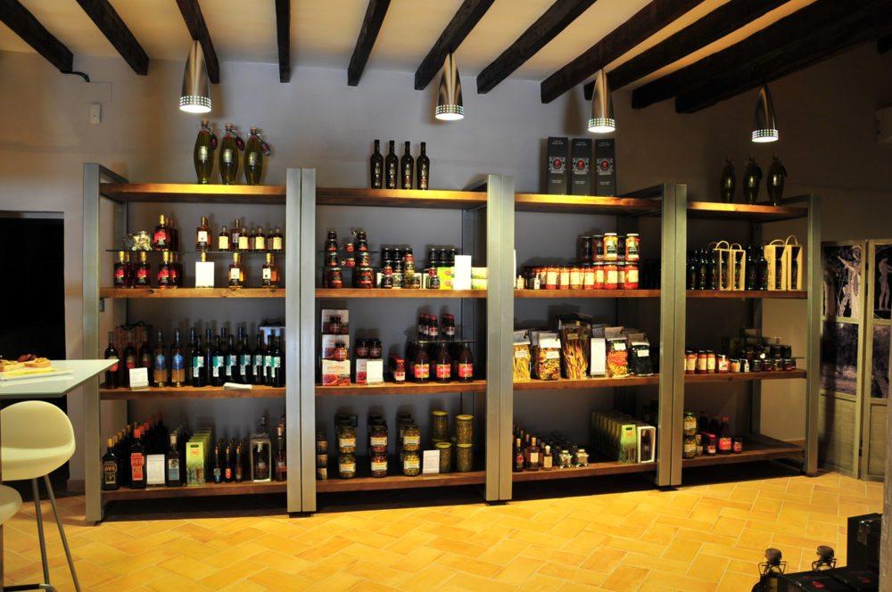 Im Laden werden Olivenöl und mediterrane Spezialitäten verkauft (Bild: Olivenölmühle El Tendre)