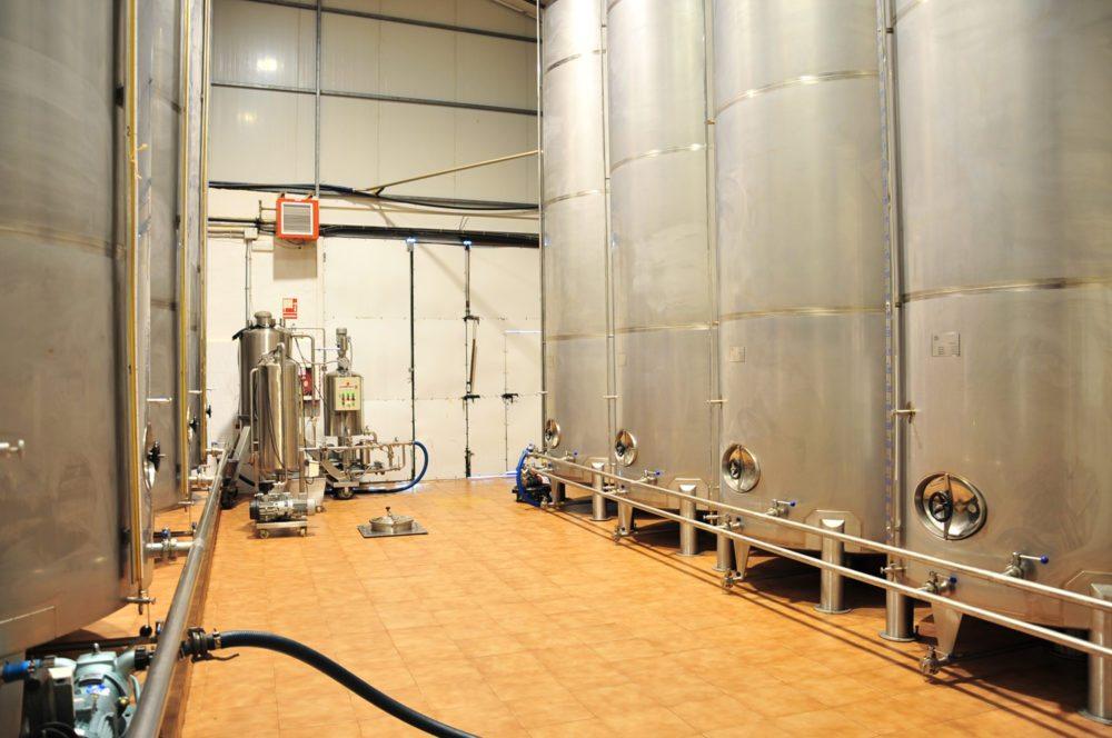 In den Edelstahlgefässen wird das fertige Olivenöl aufbewahrt. (Bild: Olivenölmühle El Tendre)