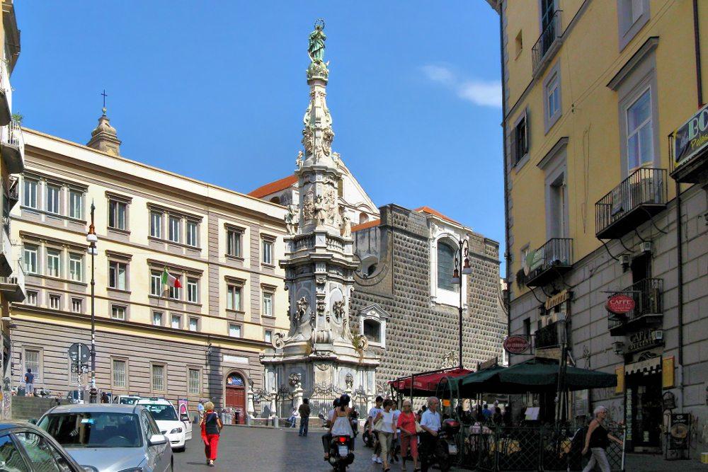 """Obelisk Guglia dell' Immacolata (Denkmal der Unbefleckten Empfängnis) nahe der Kirche Santa Chiara auf der Piazza del Gesù Nuovo. (Urheber: Bildpixel / <a href=""""http://pixelio.de"""">pixelio.de</a>)"""