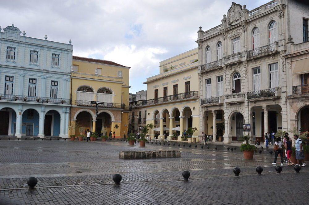 "Plaza Vieja (Alter Platz) in Habana Vieja (Alt-Havanna). (Urheber: Escla / Wiki / Lizenz: <a href=""http://creativecommons.org/licenses/by-sa/3.0/deed.de"" target=""_blank"">CC</a>)"