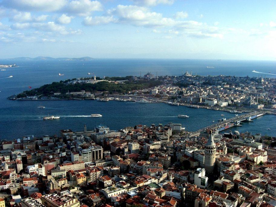"Istanbul: Galata-Viertel und historische Halbinsel. (Urheber: <a href=""http://www.istanbulpark.de/"" target=""_blank"">Selda Yildiz and Erol Gülse</a> / Wiki / Lizenz: <a href=""http://creativecommons.org/licenses/by-sa/3.0/de/deed.en"" target=""_blank"">CC</a>)"
