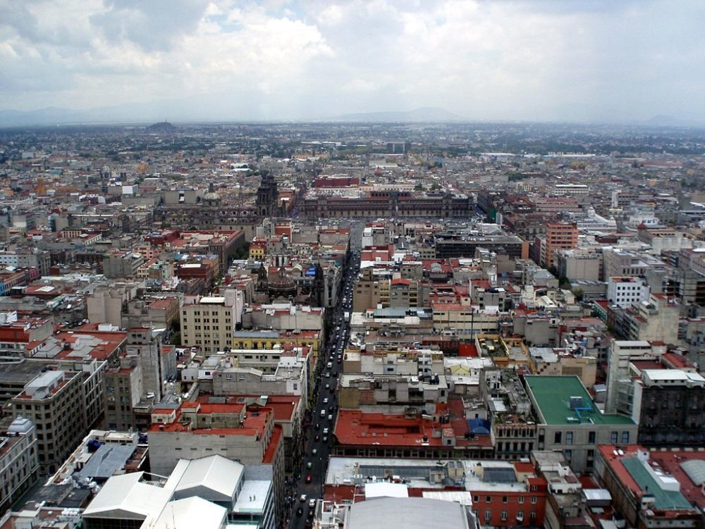 "Blick vom Torre Latinoamericana auf Mexico City. (Urheber: Dag Lindgren / Wiki / <a href=""http://creativecommons.org/licenses/by-sa/3.0/deed.en"" target=""_blank"">CC</a>)"