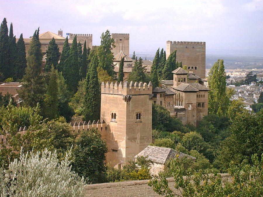 Blick auf die Alhambra aus den Gärten von Generalife (Bild: Reguera, Wikimedia, CC)