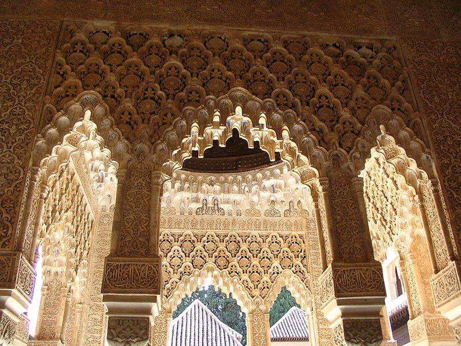 Säulengang im Löwen-Hof (Bild: Javier Carro, Wikimedia, CC)