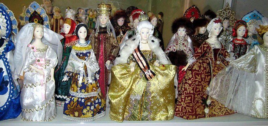 Historische Puppen (Bild: shakko, WIkimedia, CC)
