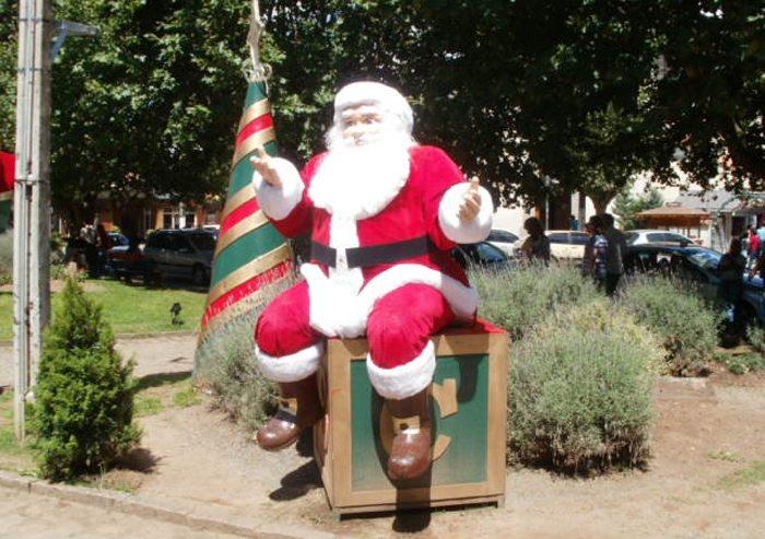 Weihnachtsmann in der Sommerhitze (Bild: Eduardo P, Wikimedia, CC)