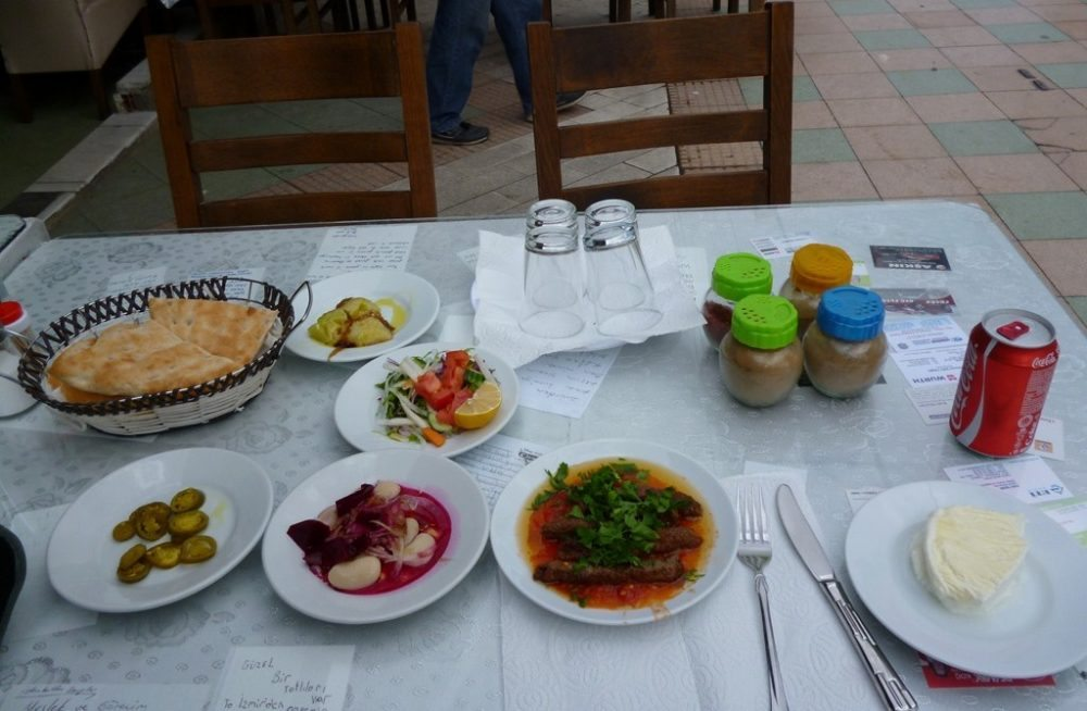 Tire Köftesi: So ein leckeres Menü findet man überall in Izmirs verwinkelten Gassen. (Bild: Cevdetcabbar / Wikimedia / CC)