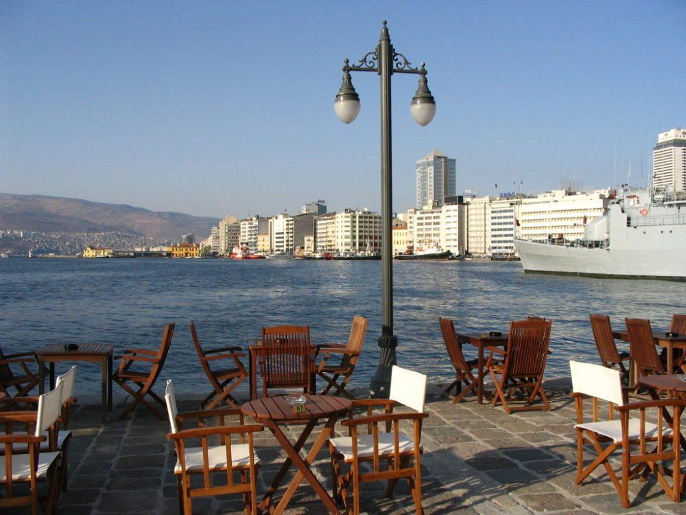 Blick von Konak Pier aus bis kurz vor Alsancak auf Pasaport. (Bild: Enderender / Wikimedia / Public Domain)