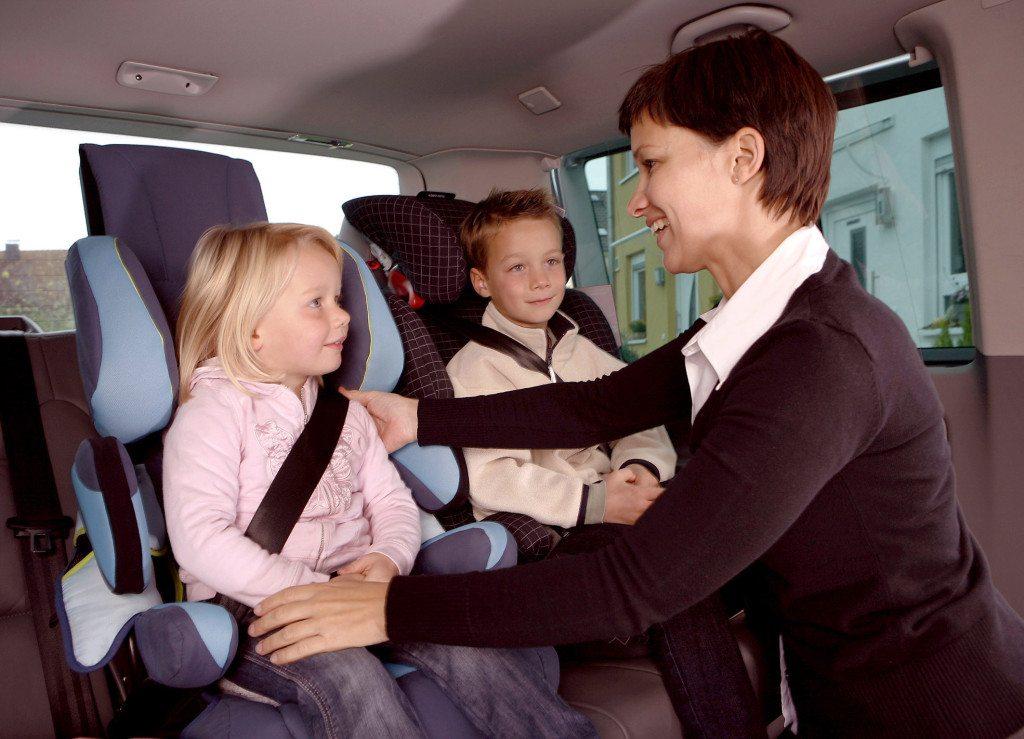 Autoreisen mit Kindern bedürfen besonderer Vorbereitungen - die richtige und sichere Sitzposition ist nur eine davon. (Bild: GTÜ / pixelio.de)