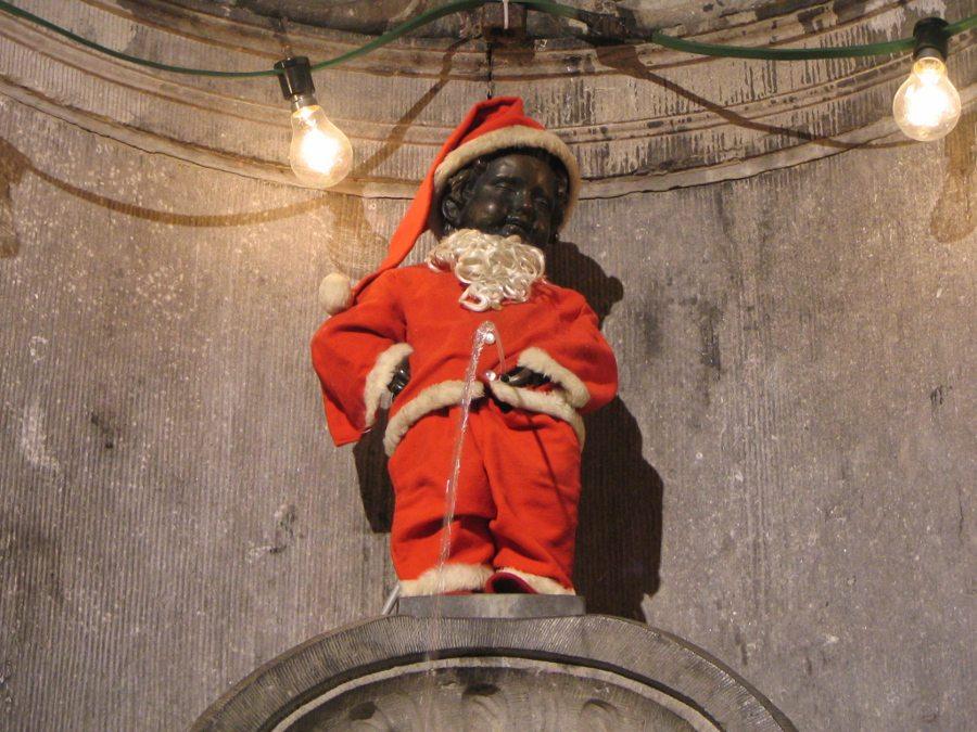"Manneken Pis im Weihnachtsmannkostüm. (Urheber: François Trazzi / Wiki / Lizenz: <a href=""http://creativecommons.org/licenses/by-sa/3.0/deed.de"" target=""_blank"">CC</a>)"