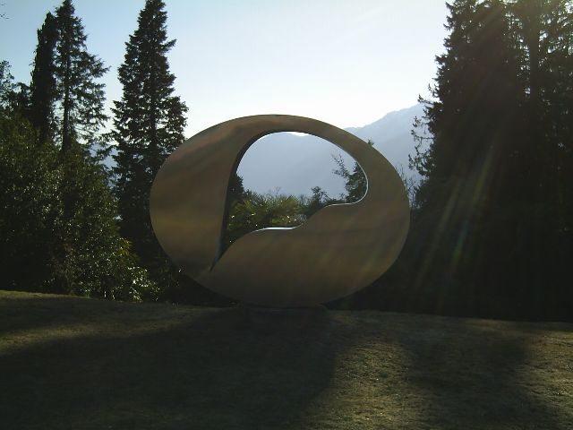 Das Goldflammende Rad des Künstlers Hans Arp af dem Monte Verità. (Bild: anneonearth / Wikimedia / CC)