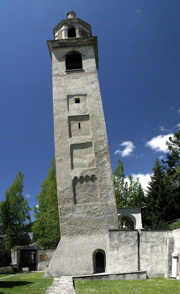 Der schiefe Turm der abgebrochenen Mauritiuskirche in St. Moritz. (Bild: Tony Schinkowksi / Wikimedia / CC)