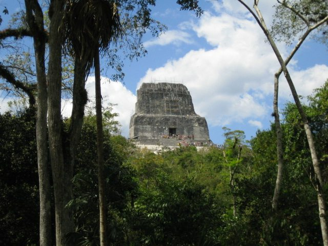 "Tempel IV, Tikal. (Urheber: Elelicht / Wiki / Lizenz: <a href=""https://creativecommons.org/licenses/by-sa/3.0/deed.de"" target=""_blank"">CC</a>)"