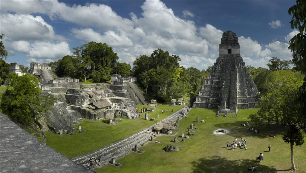 """Der Grosse Platz von Tikal, die Nordakropolis und Tempel I. (Urheber: Shark / Wiki / Lizenz: <a href=""""https://creativecommons.org/licenses/by-sa/3.0/deed.en"""" target=""""_blank"""">CC)</a>"""