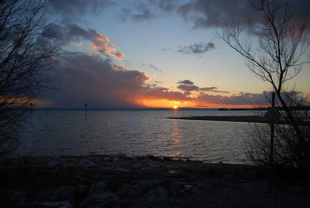 "Winterlicher Sonnenuntergang am Bodenee. (Urheber: Peter Wetzel / <a href=""http://pixelio.de"" target=""_blank"">pixelio.de</a>)"