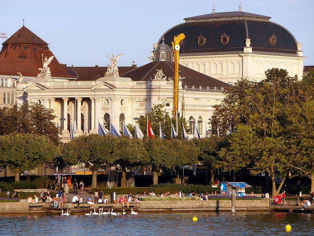 Utoqquai, das Bernhard-Theater und das Opernhaus in Zürich (Bild: Ronald zh, Wikimedia, CC)