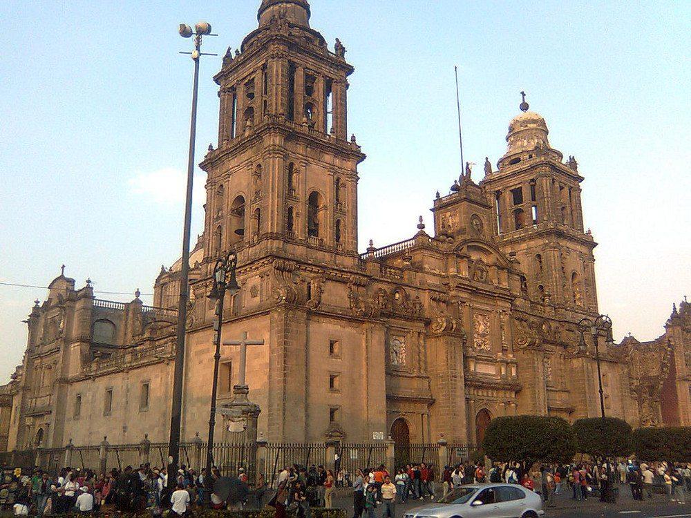 Kathedrale von Mexiko-Stadt am Plaza de la Constitución. (Urheber: Cocojorgefalcon / public domain)