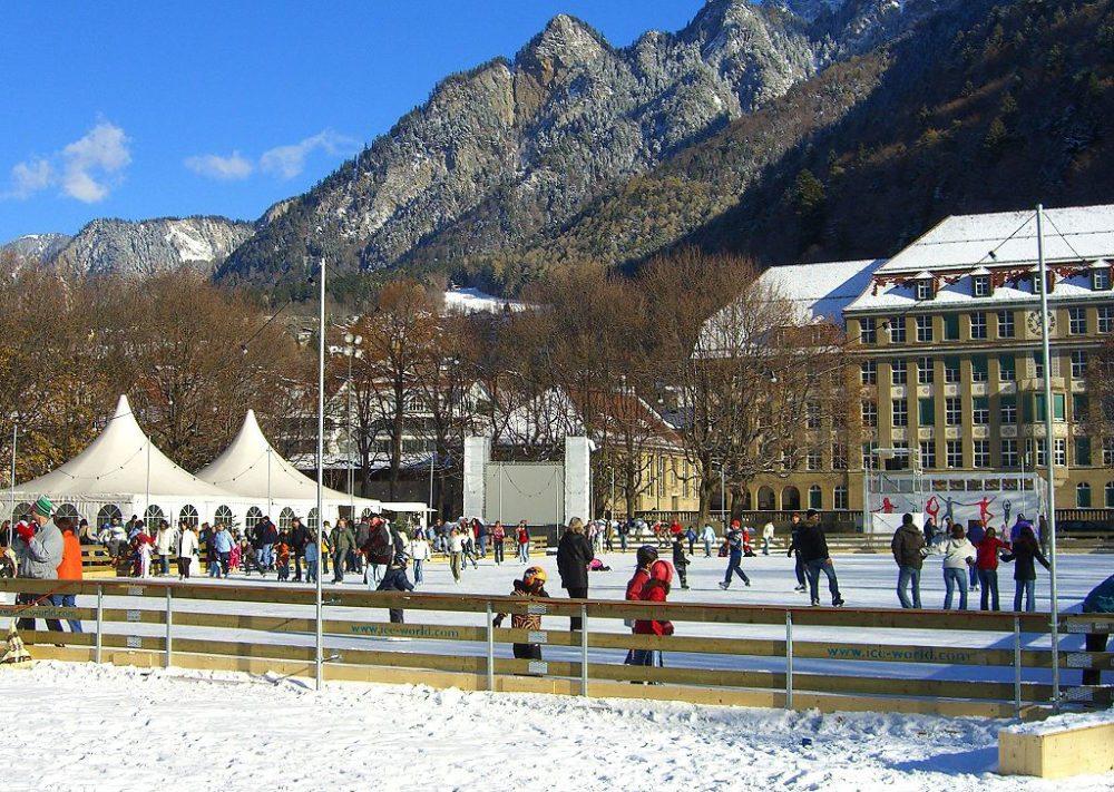 Winterspass in Chur, Eisfeld auf der Quaderwiese (Bild: Bravuogn, Wikimedia, CC)