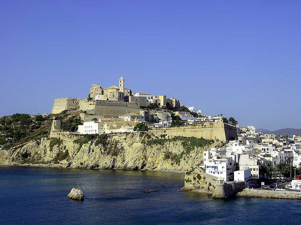 Die Altstadt Dalt Vila von Ibiza vom Meer aus gesehen (Bild: Michiel 1972, Wikimedia, CC)