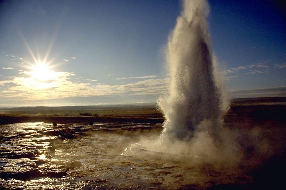 Ein Ausbruch des Strokkur auf Island (Bild: Andreas Tille; Wikimedia, CC)