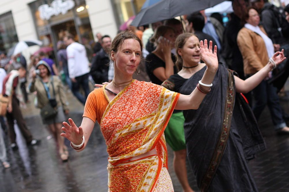 Deutsche Frauen in Sari gekleidet (Bild: yeowatzup, Wikimedia, CC)